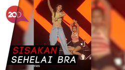 Aksi Seksi HyunA Lepas Baju di Panggung