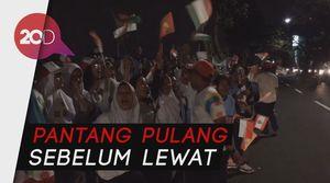 Mereka Setia Menunggu Demi Pawai Obor Asian Games