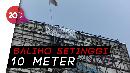 Bikin Heboh, Pria Panjat Baliho di Flyover Pasar Rebo