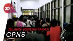 Warga Membeludak Urus SKCK di Polres Jaktim, Antrean Mengular