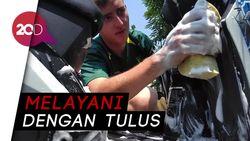 Bule-bule di Surabaya Ini Siap Cuci Motor Anda Gratis, Mau Coba?