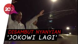 Berdiri di Land Rover, Jokowi-Maruf Tiba di KPU