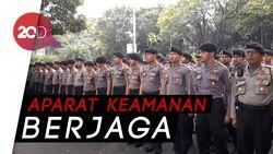 Melihat-lihat Alat Pengamanan TNI/ Polri di KPU