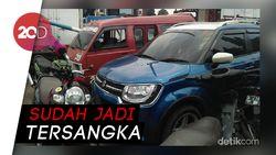Terobos Iring-iringan Jokowi, Perempuan Acungkan Jari Tengah