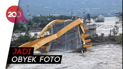 Ambruknya Jembatan Kuning Jadi Tontonan Warga