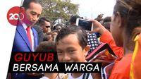 Saat Jokowi Bagi-bagi Buku dan Sapa Warga Merauke