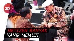Melihat Momen Jokowi Jongkok di Hadapan Sastrawan Putu Wijaya