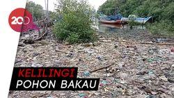 Joroknya Pantai Marunda yang Penuh Sampah