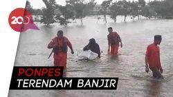Basarnas Evakuasi Santri Korban Banjir di Kampar Riau