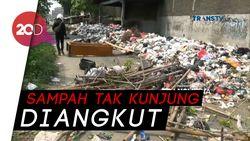 Waduh! Warga Karawang Blokir Jalan dengan Tumpukan Sampah