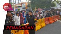 Jalan Ambles di Surabaya Jadi Tontonan Warga