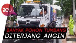 Banyak Rontokan Pohon Tumbang, Surabaya Terjunkan Truk Pembersih