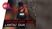 Dramatis! Momen Basarnas Evakuasi Bayi yang Terjebak Banjir