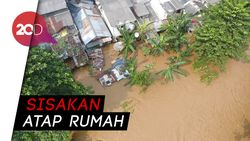 Tolong... Rumah di Bantaran Kali Ciliwung Tenggelam!