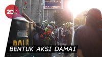 Massa Pro Prabowo Bagi-bagi Bunga ke Polisi