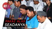 Massa Pro Prabowo Bukber & Salat Magrib Bersama di Depan Bawaslu