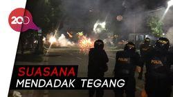 Bum! Gas Air Mata Ditembakkan untuk Bubarkan Massa Dekat Bawaslu