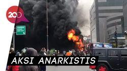 Tertangkap Kamera! Demonstran Bakar dan Jarah Truk Polisi