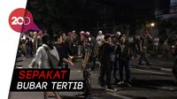 Momen Akrab Polisi-TNI Bersama Massa di Slipi