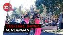 Aksi Model Berlenggak-lenggok dengan Kostum dari Bambu