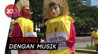 Kawal Sidang MK, Massa Berposter Bahasa Inggris Beraksi di Patung Kuda