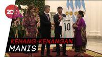 Layaknya Messi, Jokowi Dapat Jersey Nomor 10 dari Presiden Argentina