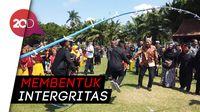 Asik! Para Siswa di Banyuwangi Ajak Wakil Ketua KPK Bermain