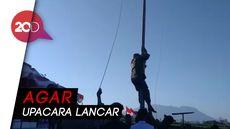 Aksi Siswa dan Anggota TNI Panjat Tiang karena Bendera Nyangkut