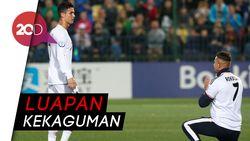 Detik-detik Seorang Fans Berlutut di Depan Ronaldo