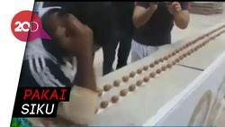 Aksi Seniman yang Sukses Pecahkan Ratusan Kacang Kenari