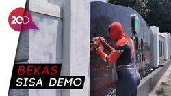 Spiderman Bersihkan Vandalisme di Kantor DPRD Kota Parepare