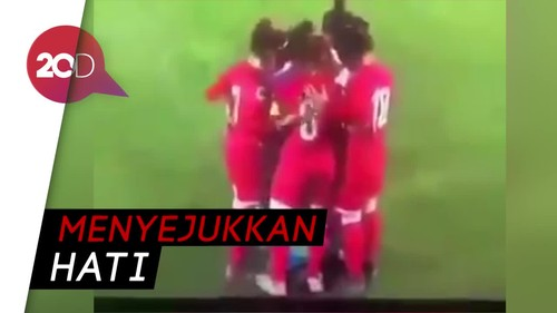 Viral! Pemain Sepakbola Wanita Lindungi Lawan yang Hijabnya Terlepas