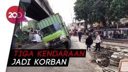 Ingin Melintasi Jalur Nasional Bandung-Cimahi? Waspadai Lubang Galian Ini