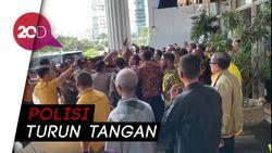 Sekelompok Orang Bersitegang Ingin Masuk Arena Rapimnas Golkar
