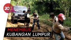 Miris! Potret Warga Menembus Jalan Rusak di Polewali Mandar