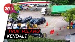 Rekaman CCTV Truk Terguling Hantam 7 Mobil di Rest Area Cipularang