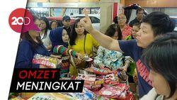 Laris Manis Kue dan Pernak-pernik Khas Imlek di Pasar Atom Surabaya