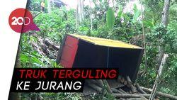 Jalan Ambles, Truk Pengangkut Kayu Terguling ke Jurang di Pasuruan