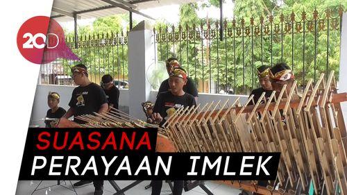 Musik Angklung Bergema Ramaikan Perayaan Imlek di Polewali Mandar