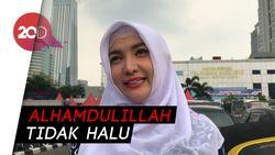Roro Fitria Buktikan Mobil Mewahnya Tak Pakai Plat Bodong
