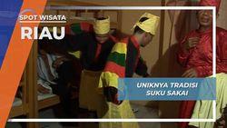 Tradisi Suku Sakai Riau, Warna Warni Cerah Baju Adat