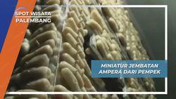 Pempek Penyusun Miniatur Jembatan Ampera Palembang