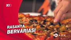 Bikin Laper: Panjang Banget! Serunya Jajal Pizza Satu Meter