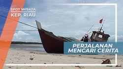 Perahu Nelayan Berwarna Merah Di Tepi Pantai Tanjung Ambat Kepulauan Riau