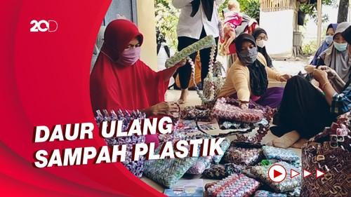 Kreasi Emak-emak Sulap Sampah Plastik Jadi Tikar