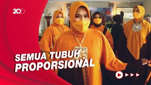 Aksi Para Ibu-ibu Jadi Model Fashion Show Busana Muslim