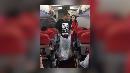 Ketika Bos AirAsia Bersih-bersih Sampah di Pesawat