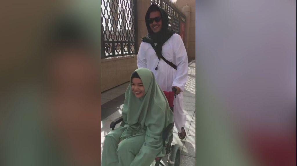Umrah Pakai Kursi Roda, Dewi Sandra Rindu Posisi Sujud