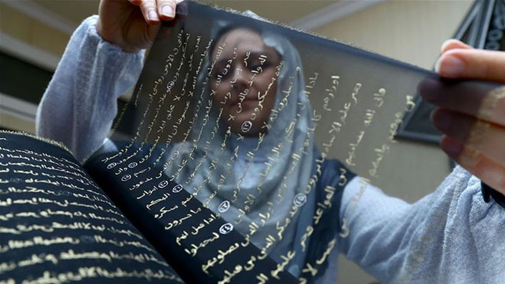 Wow! Seniman Ini Tulis Ulang Al Quran dengan Tinta Emas Selama 3 Tahun