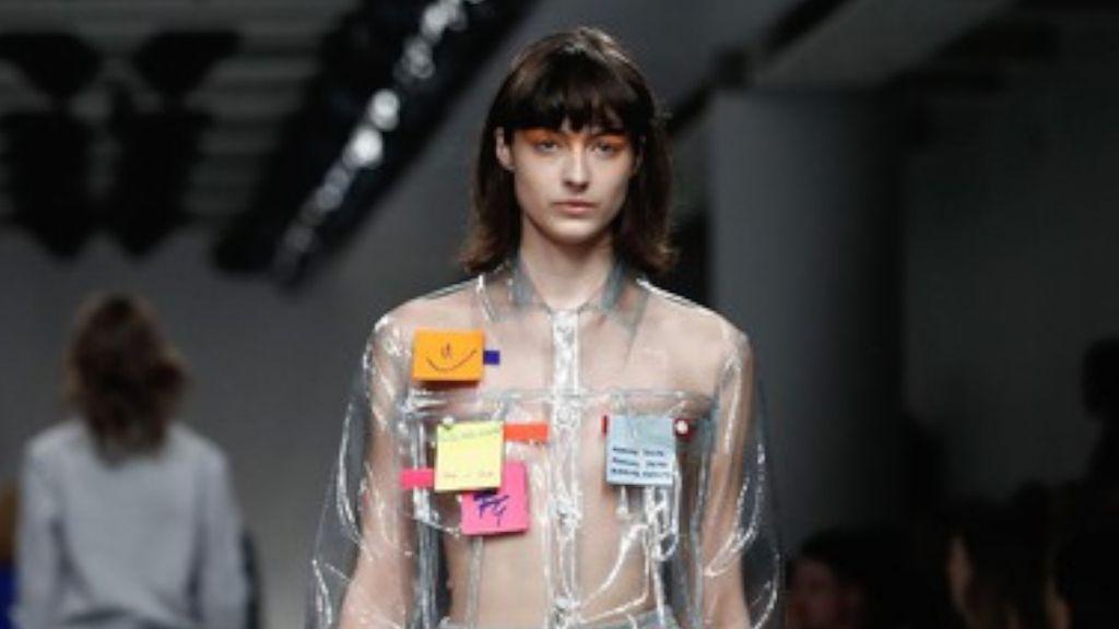 Ada Baju dengan Tempelan Kertas Post-it, Unik atau Aneh?